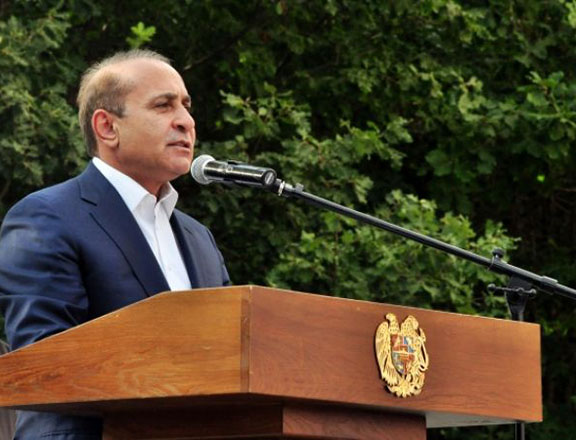 Prime Minister Hovik Abrahamyan speaks to participants at a youth gathering in Tsaghkadzor (Source: Armenpress)