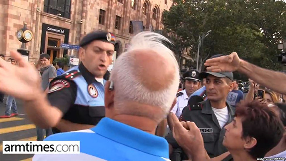 A screen shot of video of police Lt. Artur Vardgesian slapping a protester in Yerevan on August 21, 2015 (Source: armtimes.com/azatutyun.am)