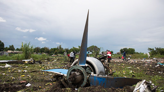 People gather at the site of a Russian-built cargo plane crash, on a small island in the White Nile river, close to Juba airport, in the Hai Gabat residential are (AFP photo)