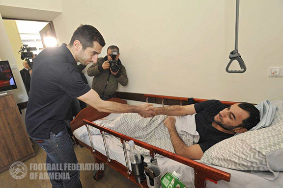 Henrikh Mkhitaryan meets a wounded soldier recovering at a rehabilitation center in Yerevan (Photo courtesy of Football Federation of Armenia)