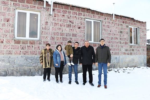 The Muradyan family with VivaCell-MTS General Manager Ralph Yirikian (far right) and FCHA President Ashot Yeghiazaryan (second from right)